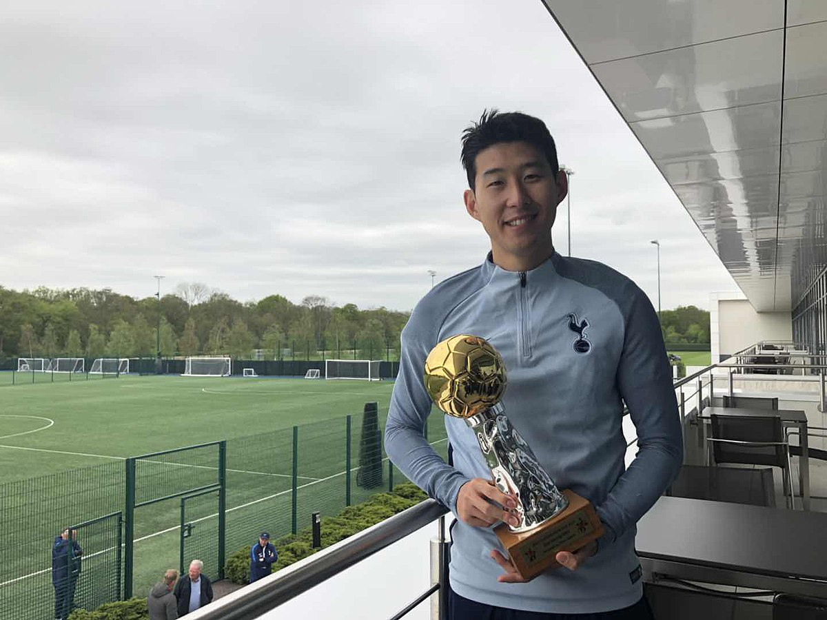 1200px-Titan_Sports_Conferred_the_trophy_to_Son_Heung-min_on_April_24th,_2018